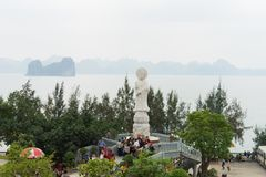 Quang Ninh, Vietnam - 22 marzo 2015: Ampia vista dal monastero di zen di Giac Tam, pagoda di Cai Bau: restare all'aperto enorme d Immagine Stock Libera da Diritti