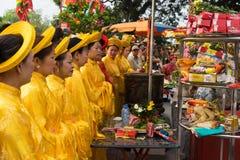 Quang Ninh, Vietnam - 22 marzo 2015: Donne anziane in vestito tradizionale Ao DAI che esegue vecchio ceremonial di buddismo nei g Fotografia Stock