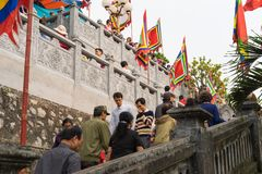 Quang Ninh, Vietnam - 22 marzo 2015: La gente ammucchiata visita il monastero di zen di Giac Tam, pagoda di Cau Bau nei giorni fe Fotografie Stock Libere da Diritti