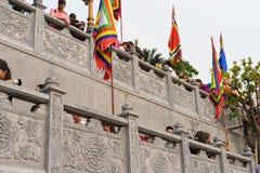 Quang Ninh, Vietnam - 22 marzo 2015: La gente ammucchiata visita il monastero di zen di Giac Tam, pagoda di Cau Bau nei giorni fe Immagine Stock