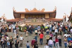 Quang Ninh, Vietnam - 22 marzo 2015: La gente ammucchiata visita il monastero di zen di Giac Tam, pagoda di Cau Bau nei giorni fe Fotografie Stock