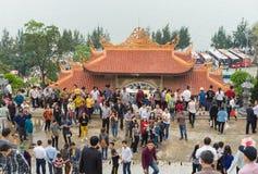 Quang Ninh, Vietnam - 22 marzo 2015: La gente ammucchiata visita il monastero di zen di Giac Tam, pagoda di Cau Bau nei giorni fe Fotografia Stock Libera da Diritti