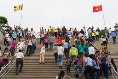 Quang Ninh, Vietnam - 22 marzo 2015: La gente ammucchiata visita il monastero di zen di Giac Tam, pagoda di Cau Bau nei giorni fe Immagini Stock