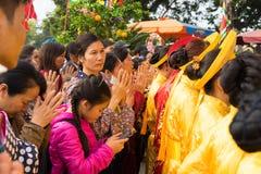 Quang Ninh, Vietnam - 22 marzo 2015: La gente che prega tempio della ONG di Cua al vecchio in Van Don, Quang Ninh Immagini Stock