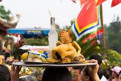 Quang Ninh, Vietnam - 22 marzo 2015: La gente vietnamita porta le offerti al tempio di Cai Bau La pagoda di visita in primavera è Immagine Stock Libera da Diritti