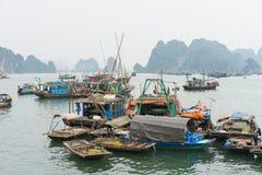 Quang Ninh, Vietnam - 22 marzo 2015: Paesino di pescatori nella baia di Bai Tu Long, accanto alla baia di lunghezza dell'ha Molta Fotografie Stock Libere da Diritti