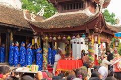 Quang Ninh, Vietnam - 22 marzo 2015: Uomini anziani in vestito tradizionale Ao DAI che esegue vecchio ceremonial di buddismo nei  Fotografia Stock Libera da Diritti