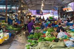 Quang Ninh, Vietnam - 22 marzo 2015: Vista del mercato rurale di lunghezza dell'ha con le stalle di verdure Immagine Stock