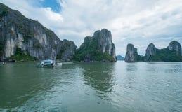 Quang Ninh, Vietnam 12 Nov. 2015 Rotsen in Ha snakt Baai, Quang Ninh Province, Vietnam Stock Afbeelding