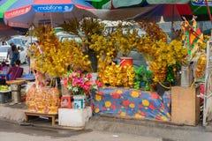 Quang Ninh Wietnam, Mar, - 22, 2015: Buddyjskie ofiary dla sprzedaży w stoiskowej pobliskiej świątyni w Van Przywdziewający, Quan Obraz Royalty Free