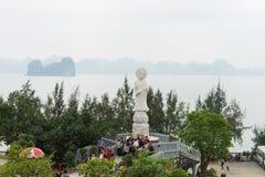 Quang Ninh Wietnam, Mar, - 22, 2015: Szeroki widok od Giac Tama zen monasteru, Cai Bau pagoda: ogromny plenerowy Bodhisattva stat Obraz Royalty Free