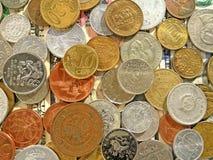 Quantità di monete dei vecchi soldi dei paesi differenti sul fondo del dollaro immagine stock libera da diritti