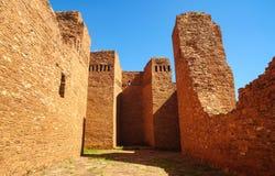 Quarai fördärvar i nationell monument för SalinasPueblobeskickningar Arkivfoton