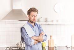 Quaranta anni dell'uomo o cuoco unico caucasico nella cucina immagine stock libera da diritti