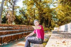 Quaranta anni di adulto che indica sui punti medievali lungo acqua fotografia stock