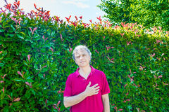 Quaranta anni di tenuta adulta consegnano il cuore fotografie stock