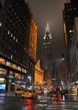 Quarantaduesima via orientale, New York sulla notte piovosa. Fotografie Stock Libere da Diritti