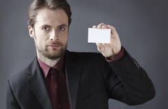 Homme d'affaires sérieux présent la carte de visite professionnelle vierge de visite Photographie stock libre de droits