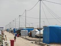 22 05 2017 Quarato läger, Irak : Ungar som spelar i gatan av ettgränser flyktingläger i nordliga Irak i mitt av arkivfoto