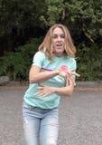 Quarenta e cinco jovens dança redheaded yearold da mãe em um parque de estacionamento em Washington Park Arboretum fotos de stock royalty free