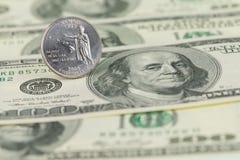 Quart d'état d'Hawaï sur cent fonds de billets d'un dollar Image libre de droits