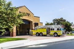 Quartel dos bombeiros de San Luis Obispo com carro da emergência imagem de stock royalty free