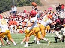 Quarterback för amerikansk fotboll som passerar bollen Arkivfoto