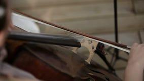 Quartet musical Fille jouant le violoncelle dans un quartet des violonistes Fin vers le haut clips vidéos