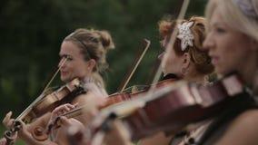 Quarteto musical Três violinistas e violoncelista que jogam a música Fim acima filme