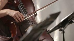 Quartetto musicale Ragazza che gioca violoncello in un quartetto dei violinisti Fine in su video d archivio