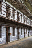 Quartier cellulaire de l'intérieur d'une vieille prison Image libre de droits