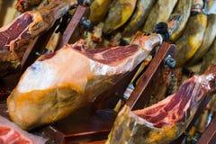 Quartier de porc espagnol de lard sur le support Image stock