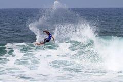 Quartiere del Chris che pratica il surfing nella Triple Crown Hawai fotografia stock