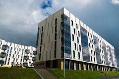 Quartiere residenziale con le sei costruzioni moderna del piano Immagini Stock