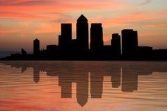 Quartiers des docks de Londres au coucher du soleil Images libres de droits