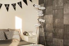Quarto à moda com papel de parede do cimento foto de stock