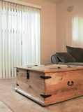 Quarto acolhedor com cortinas verticais Imagem de Stock Royalty Free