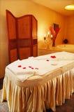 Quarto agradável da massagem, interior mediterrâneo Imagens de Stock Royalty Free