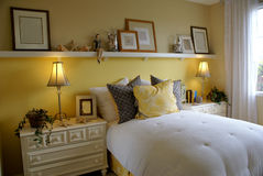 Quarto amarelo da cama Imagem de Stock Royalty Free