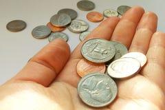 Quarto americano, monete della moneta da dieci centesimi di dollaro a disposizione sul fondo degli S.U.A. del dollaro immagine stock libera da diritti