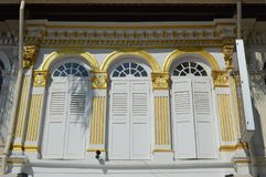 Quarto arabo coloniale decorato degli otturatori e delle finestre, Singapore Fotografia Stock Libera da Diritti
