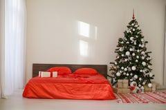 Quarto com a cama da decoração da árvore do ano novo do Natal Imagem de Stock