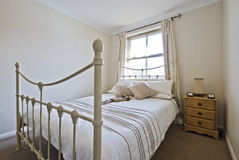 Quarto com a cama dobro clássica imagens de stock royalty free