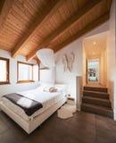 Quarto com feixes de madeira, elegante e moderno fotografia de stock royalty free