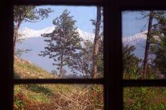 Quarto com um Mountain View himalayan cénico india imagens de stock