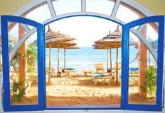 Quarto com uma vista em uma praia imagem de stock