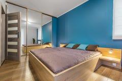 Quarto contemporâneo com ideia da cama enorme fotos de stock royalty free
