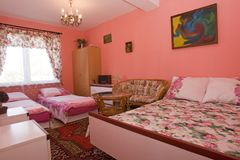 Quarto cor-de-rosa equipado poço fotografia de stock