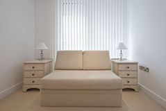 Quarto Cosy com a cama de sofá à moda no bege Foto de Stock Royalty Free