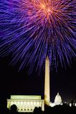 Quarto da celebração de julho com os fogos-de-artifício que explodem sobre Lincoln Memorial, Washington Monument e o U S Capitóli Foto de Stock Royalty Free